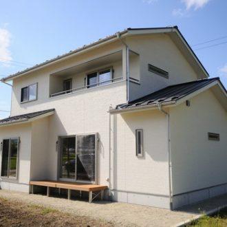 白い外観の新築住宅