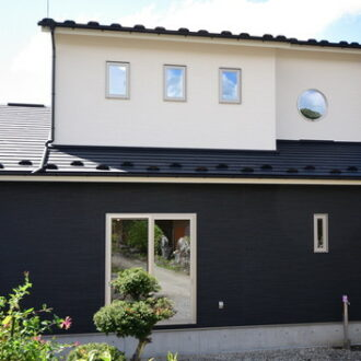 白と黒のモダンな外観な家